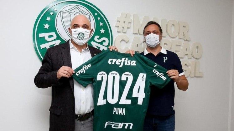 Após anos de destaque dentro e fora de campo, a parceria entre Puma e Palmeiras vai continuar até 2024. O clube anunciou, na última terça-feira (08), a renovação contratual com a marca de material esportivo. Saiba quanto os principais clubes brasileiros recebem das fornecedoras de material esportivo e o tempo dos contratos!