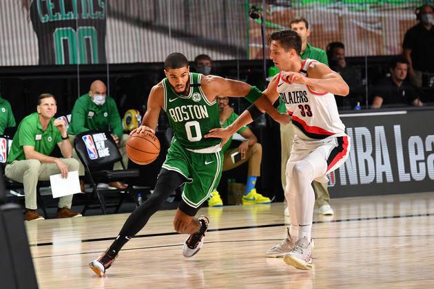 Após anotar apenas cinco pontos na derrota para o Milwaukee Bucks na última sexta-feira, o astro Jayson Tatum (Boston Celtics) voltou a jogar neste domingo. O ala-pivô fez 21 de seus 34 pontos no primeiro tempo e liderou sua equipe na vitória sobre o Portland Trail Blazers por 128 a 124 neste domingo