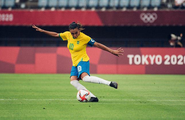 Após balançar as redes contra a China, Marta se tornou a primeira jogadora a marcar em cinco edições de Olimpíadas. Com os dois gols anotados na estreia, a camisa 10 do Brasil atingiu a marca de 12 na história dos Jogos Olímpicos e está apenas dois de igualar a também brasileira Cristiane, maior artilheira do futebol olímpico.