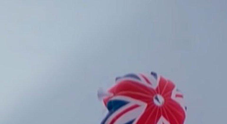 Após batalhar com agentes inimigos esquiando por uma montanha de gelo, Bond cai de um penhasco. A abertura de um paraquedas com a bandeira britânica salva o agente e entra para a história.