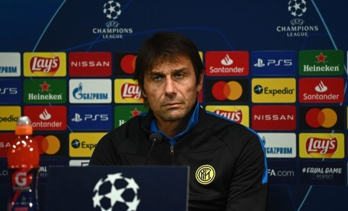 Após conquistar o Campeonato Italiano, o treinador Antonio Conte deixou a Inter de Milão por não concordar com a redução de gastos imposta pelos dirigentes.