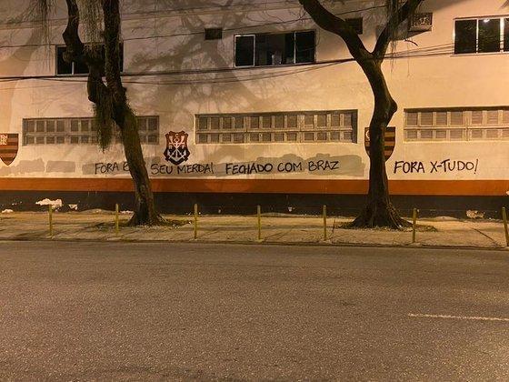 Após demissão de Paulo Pelaipe, torcida do Flamengo protesta pichando muro da Gávea e sobra até para a X-Tudo, empresa responsável pela mídias sociais do clube (07/01/2020)