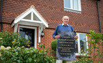 Aos 75 anos, o físico britânico Tony Williams perdeu sua 'adorável esposa e alma gêmea' para um câncer de pâncreas.Desde então, Tony tem se sentido extremamente solitário, e o fato de não ter conseguido encontrar com quem conversar tornou as coisas ainda piores. Foi então que ele decidiu publicar um pedido de ajuda na porta de sua casa