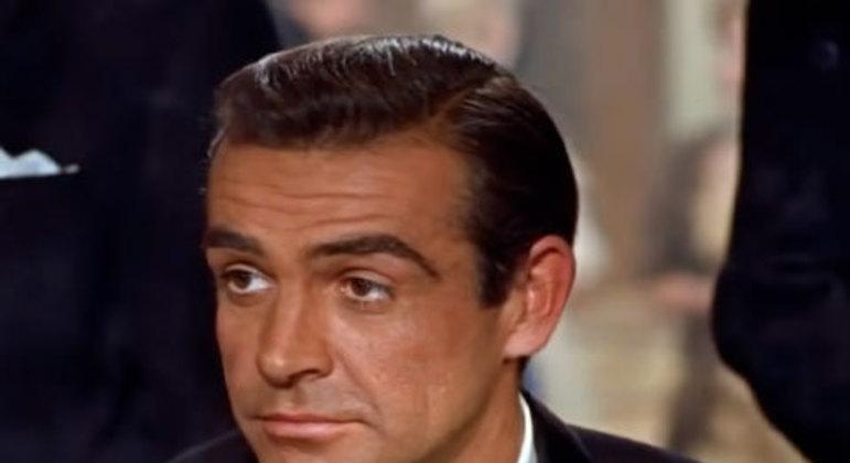 Após ganhar um jogo de cartas em um cassino, é a primeira vez que James Bond diz a frase que se tornaria uma das mais icônicas da história do cinema. Bond havia sido apresentado para a Bond Girl Sylvia Trench. Ela comenta que ele é um cara de sorte e pergunta seu nome.