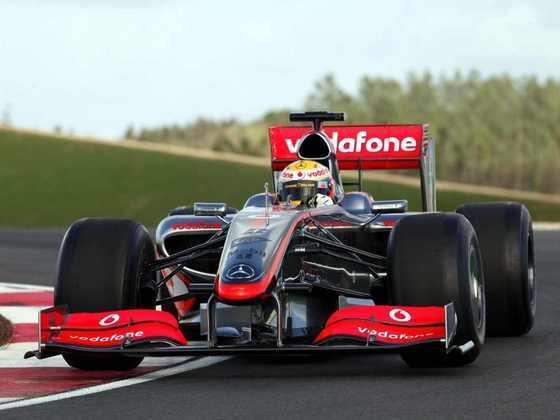 Após impactante mudança de regulamento em 2009, Hamilton teve dificuldades com o McLaren MP4/24, mas ainda salvou duas vitórias no campeonato, que o deixaram em quinto na tabela
