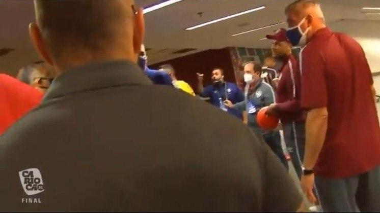 Após o apito final, começaram as discussões fora das quatro linhas entre atletas e dirigentes. Houve ameaça de briga na saída do gramado, no túnel dos vestiários e no setor destinado aos convidados.