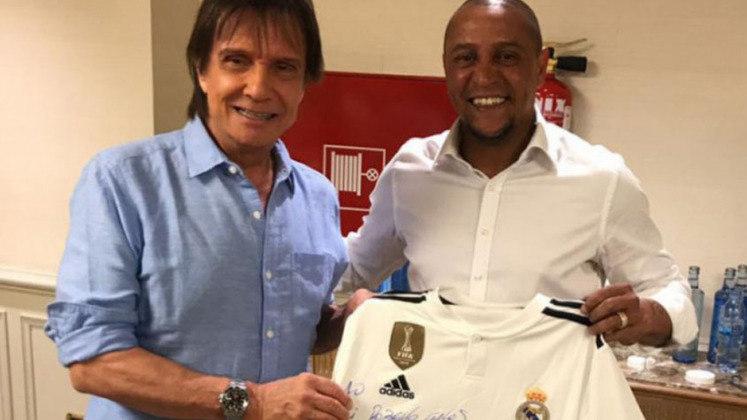 Após o evento, o pentacampeão mundial entregou uma camisa do Real Madrid ao aniversariante desta segunda-feira. A dedicatória foi curiosa: