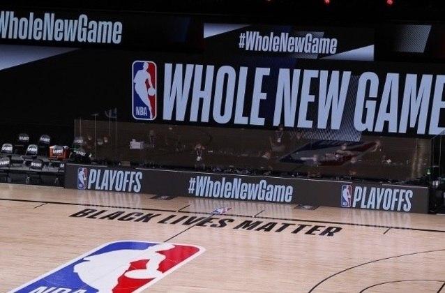 Após o pivô Rudy Gobert ficar infectado, a NBA mudou por completo seu formato ao voltar em julho. Além de reduzir o número de franquias para 22, dez equipes disputavam o mata-mata. Todas as equipes ficaram em um dos complexos da Disney