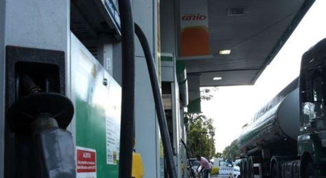 Após o reajuste, o litro da gasolina será vendido pelas refinarias da estatal, em média, a R$ 1,02, voltando ao patamar acima de R$ 1