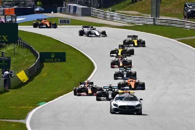 Após o toque entre as duas Ferrari, o Safety Car entrou na pista