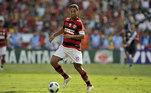 Após passar por grandes times da Europa e se consagrar no futebol, Ronaldinho anunciou que queria voltar ao Brasil, O Grêmio fez uma proposta e até preparou a festa para o retorno do jogador, mas quem acabou contratando o camisa 10 foi o Flamengo. No Mengão, R10 jogou 72 jogos, com 28 gols marcados, e foi campeão carioca de 2011.