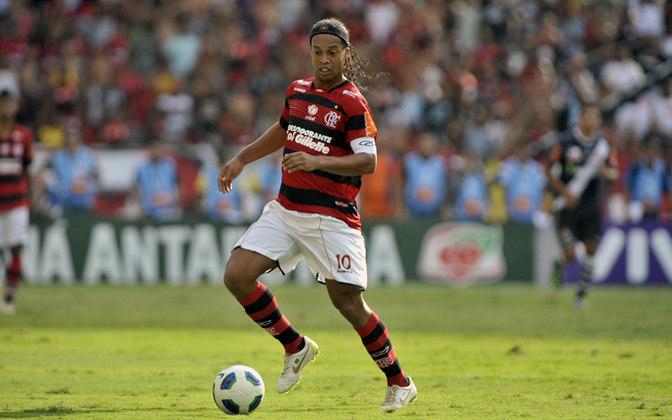 Após passar por grandes times da Europa e se consagrar no futebol, Ronaldinho anunciou que queria voltar ao Brasil, O Grêmio fez uma proposta e até preparou a festa para o retorno do jogador, mas quem acabou contratando o camisa 10 foi o Flamengo. No Mengão, R10 jogou 72 jogos, com 28 gols marcados, e foi campeão carioca de 2011