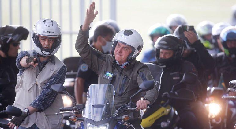Bolsonaro deixa o Palácio da Alvorada para passeio com centenas de motociclistas