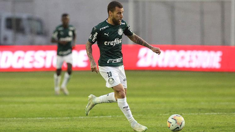 Após ser pego em uma possível festa clandestina por torcedores do Palmeiras, Lucas Lima logo foi afastado pelo Alviverde do resto do elenco e ainda penalizado com uma multa de 40% do salário.
