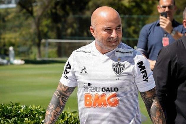 Após sucesso no Santos, Sampaoli chegou ao Atlético Mineiro e tinha a disposição um elenco com muito mais peças, assim o treinador, que segue no cargo, manteve a linha de raciocínio que o fez virar um dos principais nomes do Brasil no ano anterior. Até o momento, são 23 jogos, 16 vitórias e cinco derrotas.
