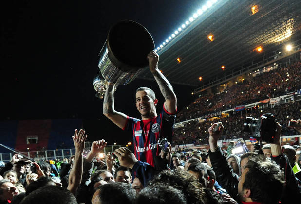 Após ter sido campeão da Copa Libertadores de 2015, ROMAGNOLI estava de malas prontas para desembarcar no Bahia. No entanto, desfez o acordo e decidiu renovar com o San Lorenzo..