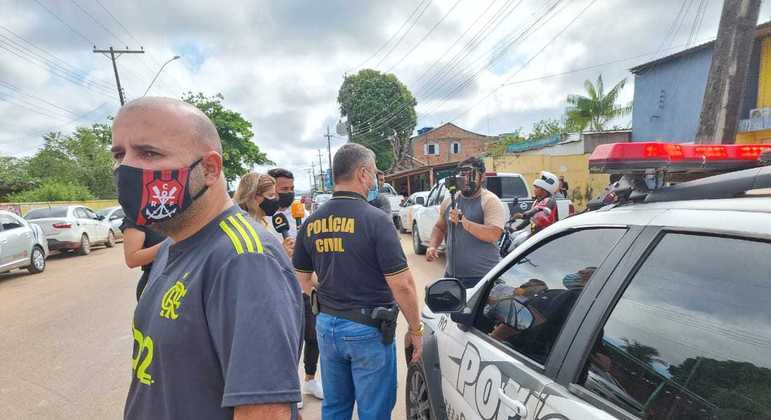 Após tiroteio, velório de cantor continua com escolta da polícia civil, no distrito do Cacau Pirêra, no Amazonas.