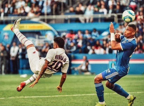 Após toda polêmica por manifestar o desejo de sair do PSG em 2019, Neymar respondeu as vaias da torcida em seu retorno ao time com um golaço de bicicleta. O PSG empatava com oStrasbourgaté que, aos 47 minutos do segundo tempo, Neymar emendou uma linda bicicleta, deu a vitória ao Paris e ouviu aplausos ao final da partida.