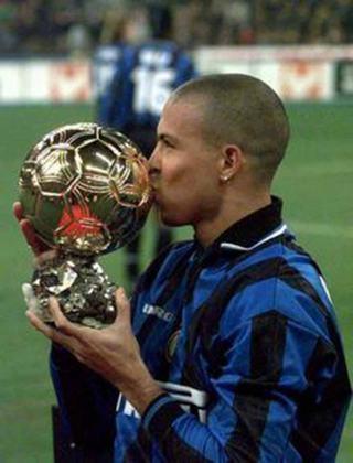 Após um início arrasador na Itália, Ronaldo conquistou mais uma bola de ouro e em seguida foi apelidado pelos jornalistas de Fenômeno, devido a sua alta média de gols por onde passou. Terminou a sua primeira temporada na Inter como vice artilheiro da Serie A e chegou perto de conquistar a taça nacional pelo clube.