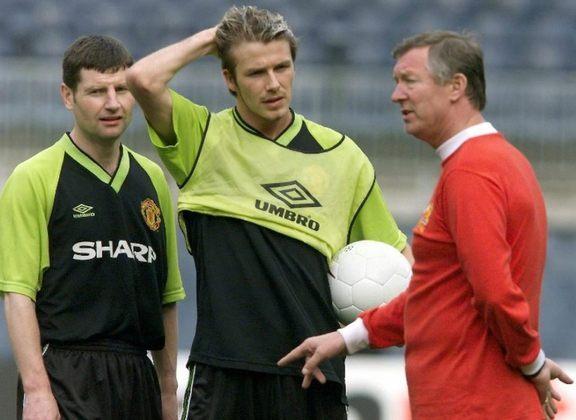 Após uma derrota em casa para o Arsenal, pela Copa da Inglaterra de2003, uma confusão foi instaurada no vestiário do Manchester United. Irritado com um lance de David Beckham, o treinador Alex Ferguson foi cobrar o meia após o jogo. Com nervos à flor da pele, os dois começaram a discutir e trocar xingamentos. Após alguns minutos de tensão, Ferguson arremessou uma chuteira contra o jogador inglês, cortando a região de sua sobrancelha.