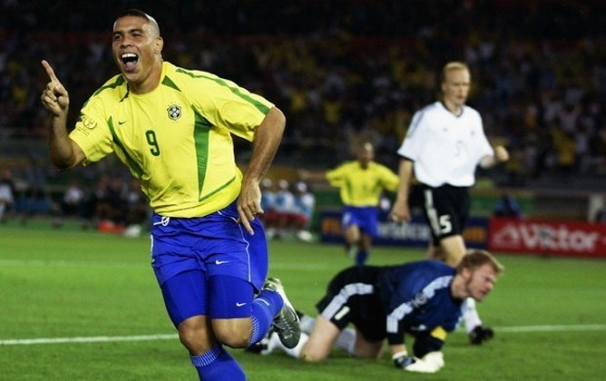 Após uma série de lesões que incomodaram e muito a carreira do Fenômeno, Ronaldo fez uma grande Copa do Mundo em 2002, marcando dois gols na grande final contra a Alemanha e garantindo o Pentacampeonato do Brasil.