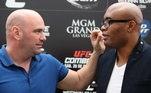 """Em entrevista a ESPN, Dana White respondeu à publicação de Anderson Silva.""""Eu sei que Anderson Silva apareceu dizendo que não quer se aposentar, que quer continuar lutando. Eu adoraria ver velhas lendas parando. Mas essa decisão não é minha, são homens crescidos e podem fazer o que quiserem"""", afirmou o presidente do UFC"""