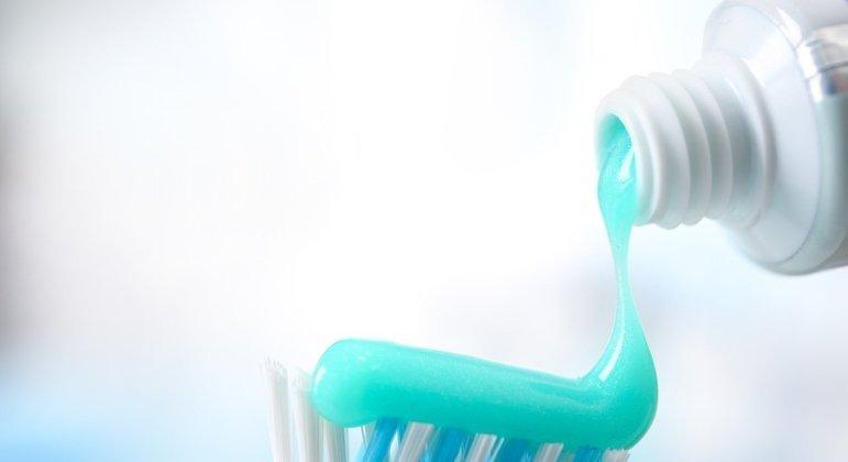 Aposte em um creme dental de baixa abrasividade.
