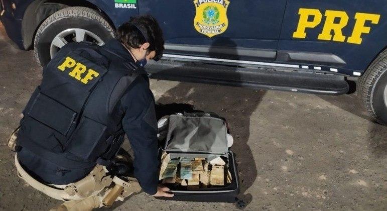 PRF apreende mais de R$ 130 mil dentro de mala em carro de Itapecerica da Serra