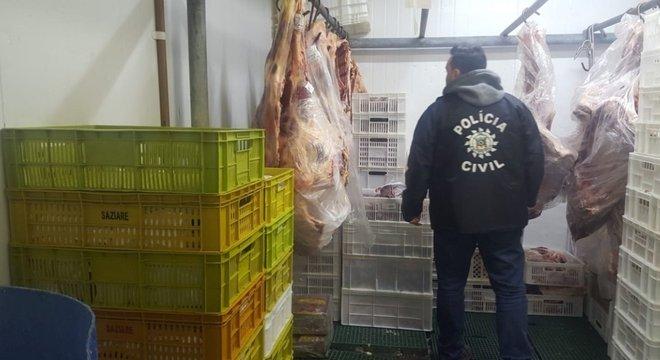 Apreendidas mais de 3 toneladas de alimentos impróprios para consumo em Porto Alegre  Crédito: Policia Civil / Divulgação / CP