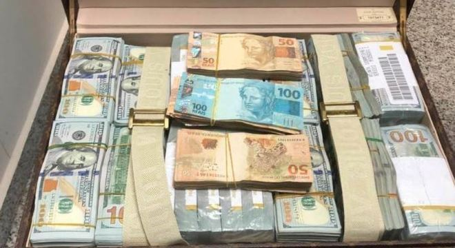 Nas malas foram encontrados US$1,4 milhão e R$ 55 mil