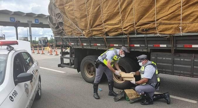 Veículo foi abordado após PMs notarem que a carga oferecia perigo de queda