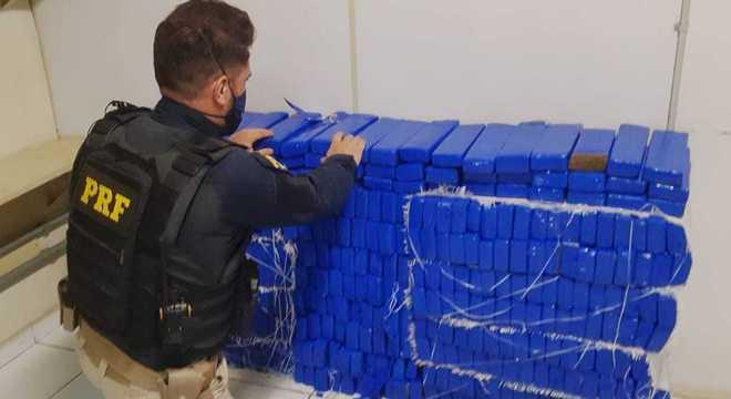 No porta-malas do carro foram encontradas 398 barras com a droga