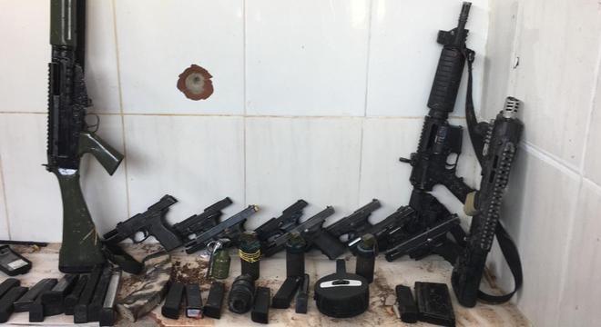 Armas apreendidas pela Polícia Militar durante operação em comunidades do RJ