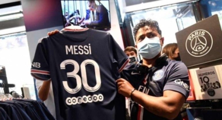 Apresentação de Messi no PSG - Torcedor com camisa do jogador