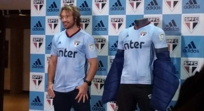 Lugano na apresentação terceira camisa do São Paulo