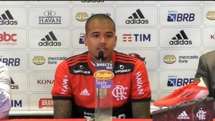 APRESENTADO - Kenedy foi apresentado oficialmente no Flamengo e vestirá a camisa 33.