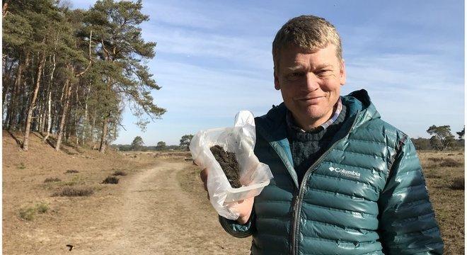 Apresentador da BBC Tom Heap mostra caixa com fezes de lonos na Holanda