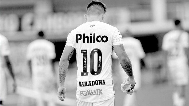 Aqui no Brasil, na tarde do último sábado, o camisa 10 do Santos, Soteldo, foi para a partida contra o Sport com o nome de Maradona em seu uniforme, para homenagear o craque, na Vila Belmiro. O Peixe derrotou o Leão por 4 a 2, pela 23ª rodada do Brasileirão. O Venezuelano fez um dos gols do time.