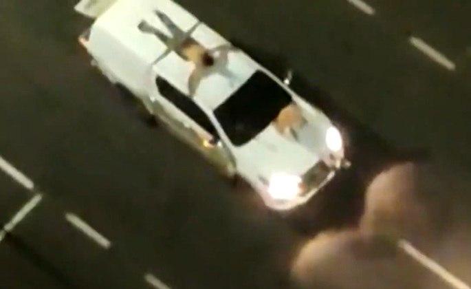 Refém foi colocado no teto de carro pelos bandidos em Araçatuba