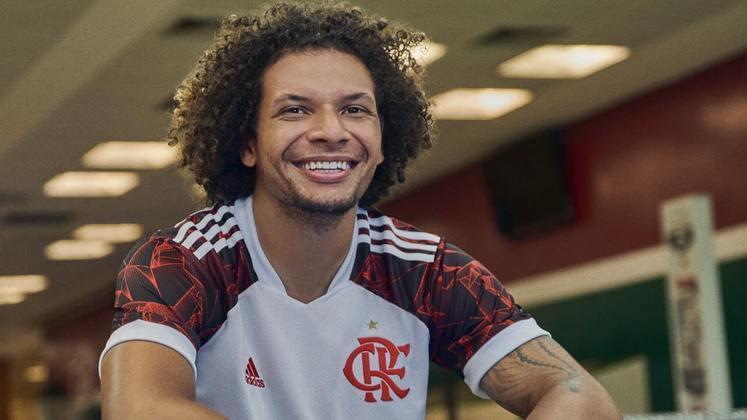 Arão posa com a nova camisa branca do Flamengo.