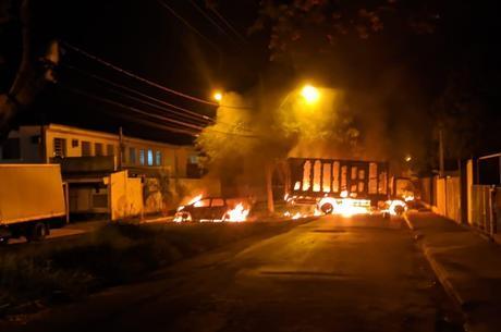 Criminosos incendiaram veículos para atrapalhar a PM