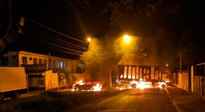 Homens incendeiam veículos para impedir chegada da PM em Araraquara