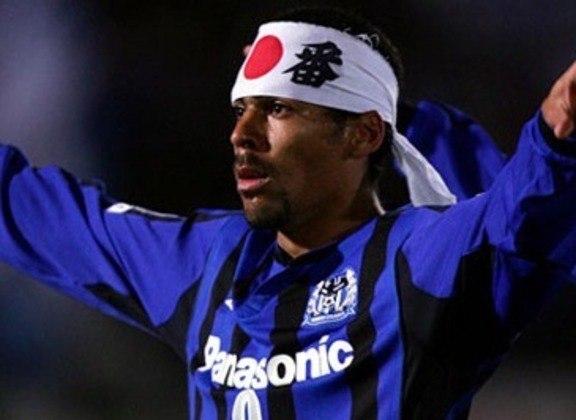 Araújo chegou ao Japão em 2004 para defender o Shimizu Pulse. Porém foi em 2005 que o atacante estourou. Foi artilheiro, MVP e ajudou o Gamba a conquistar a J1 pela primeira vez.