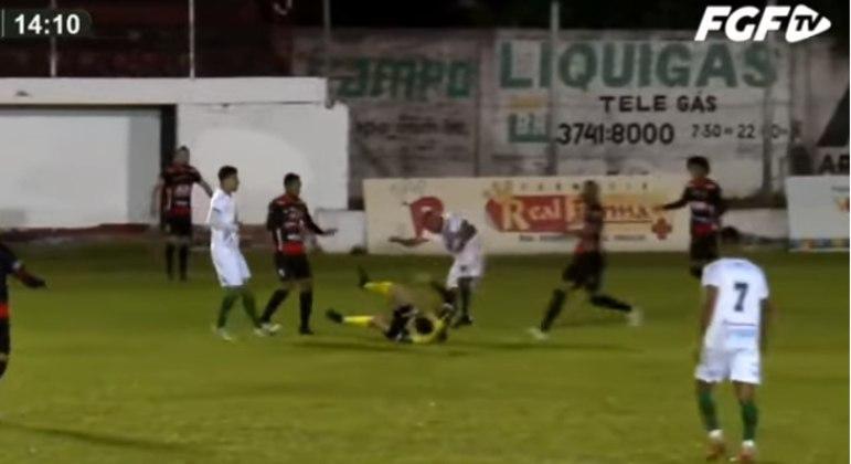 Jogador William Ribeiro foi preso após agredir o árbitro Rodrigo Crivellaro