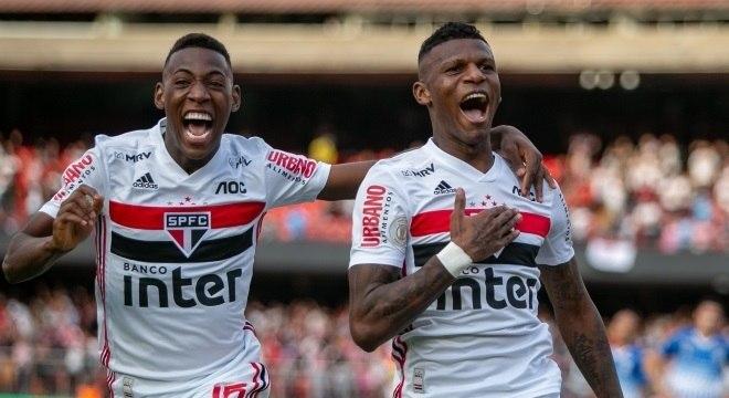 Arboleda e Leo comemoram gol do São Paulo contra o Avaí