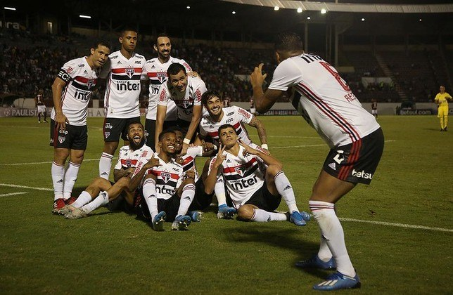 Arboleda - Ferroviária 1 X 2 São Paulo - Zagueiro marcou o gol da vitória em Araraquara e posou para foto com a camisa certa (nas férias, ele criou polêmica ao usar a do Palmeiras)