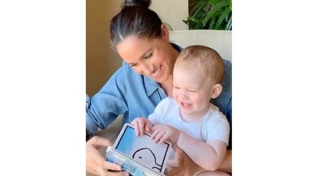 Meghan lê para o príncipe Archie em vídeo divulgado no 1º aniversário do menino