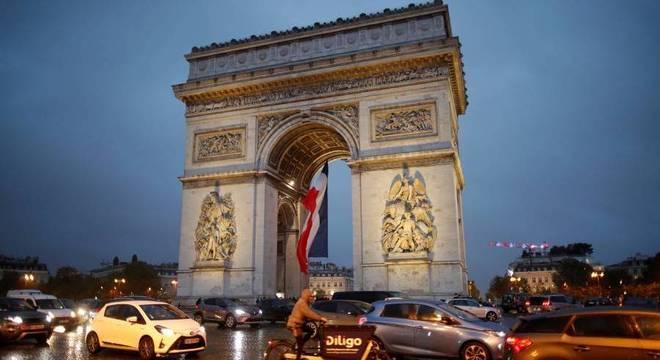 O Arco do Triunfo, um importante ponto turístico, está localizado em Paris, na França