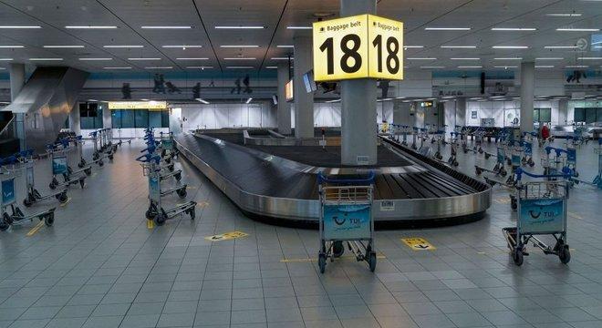 Área de bagagens vazia em aeroporto de Amsterdã