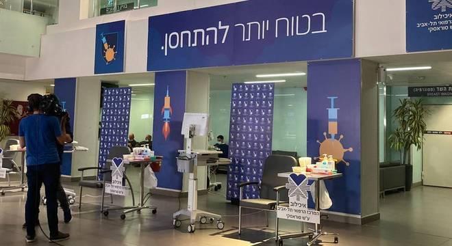 Área de vacinação dentro do hospital Ichilov, em Tel Aviv, Israel